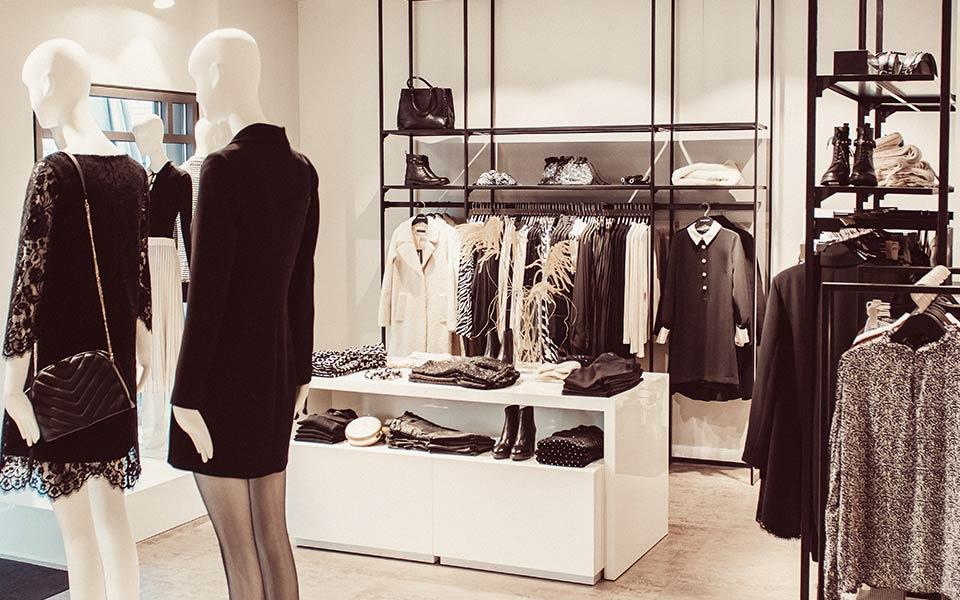 Modepuppen in schwarzen Business-Outfits im Hallhuber Store in Biberach