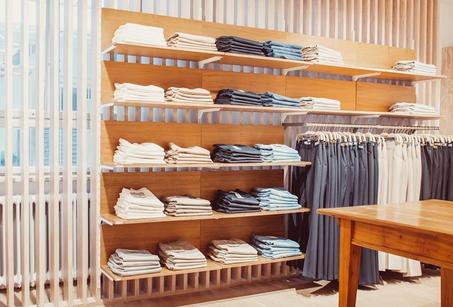 Regal mit Oberteilen und Hosen im Keller-Warth Classic-Store in Biberach