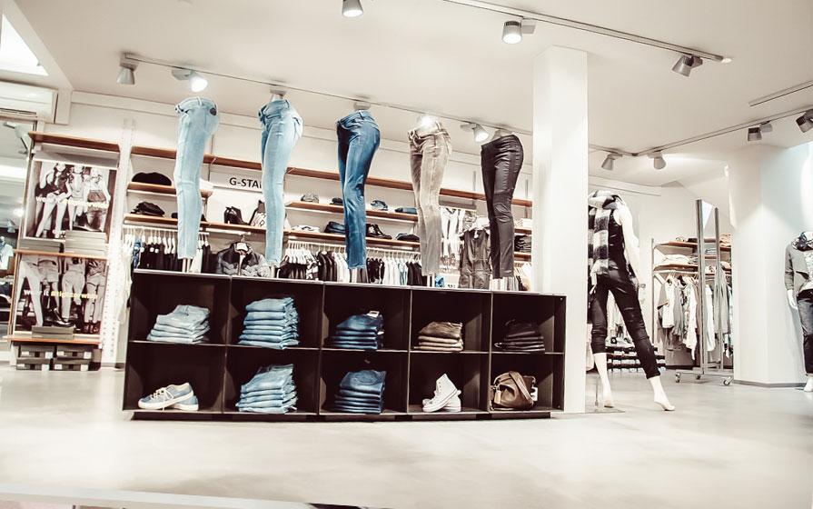 Ausstellungstisch von der Seite mit Jeans im Warth-Blu-Store in Ravensburg und Laupheim