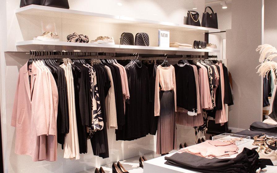 Rosa und schwarze Damenkleidung von Hallhuber