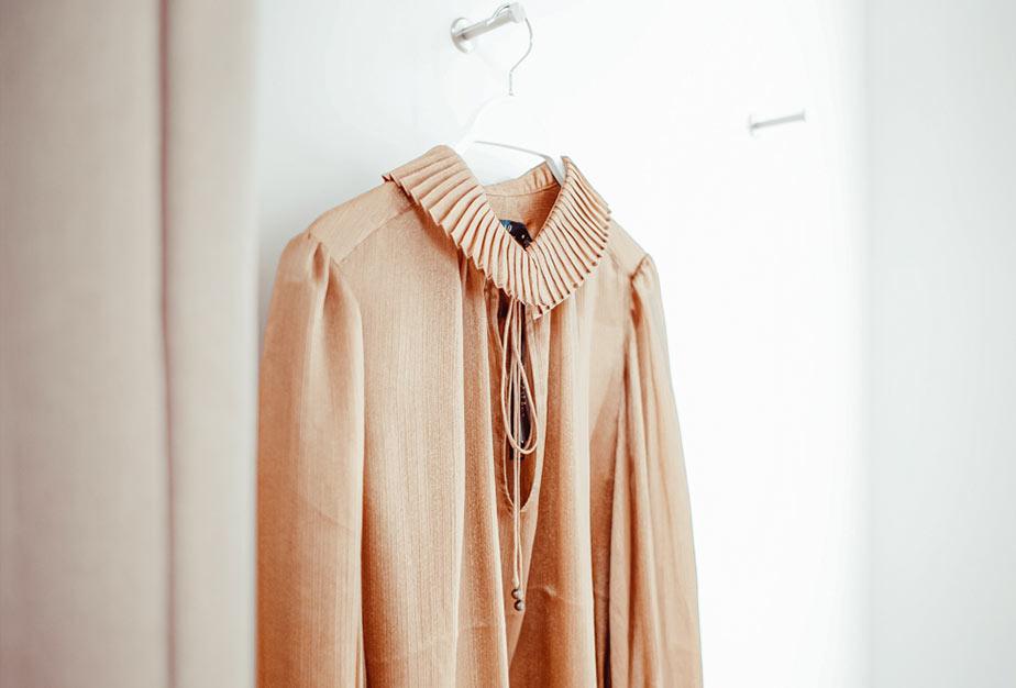 Damenoberteil in der Garderobe im Warth-1160-Store