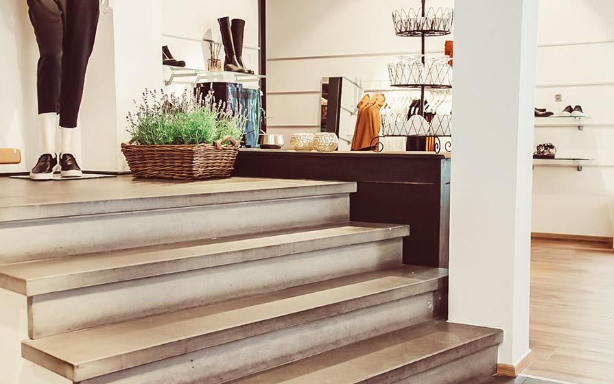 Treppen in den ersten Stock im Warth-Woman-Store in Ravensburg