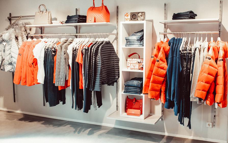 Orange und blaue Klamotten im Warth Store am Kesselplatz im Biberach