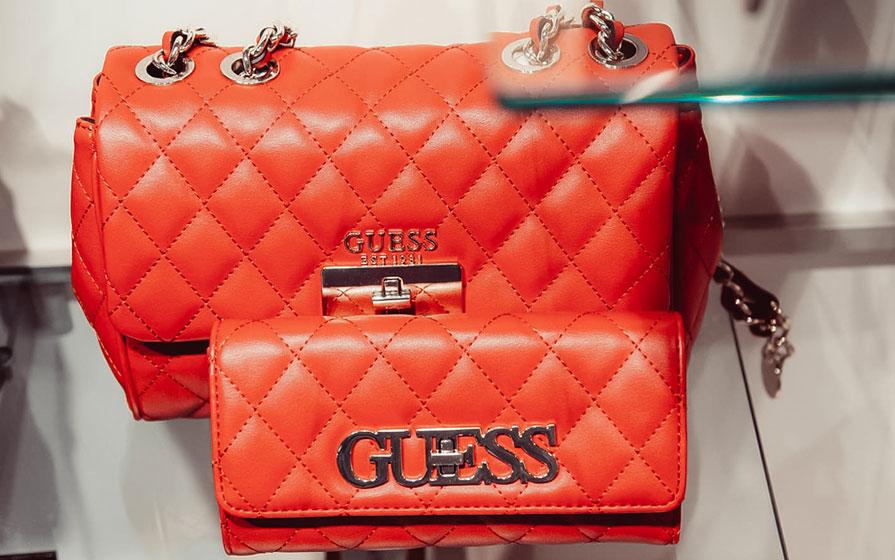 Orangene Handtaschen von Guess im Warth Blu Store in Ravensburg