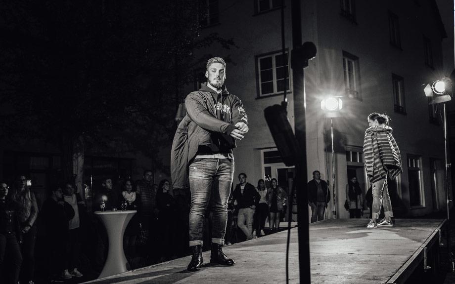 Model auf dem Laufsteg bei einer Fashionshow von Modehaus Keller-Warth