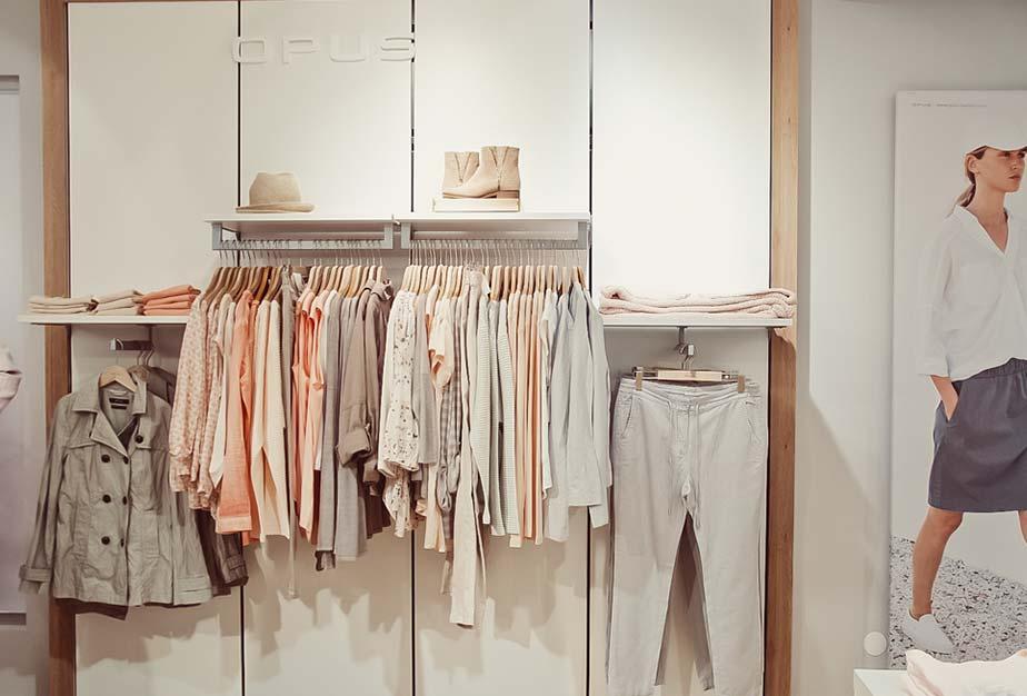 Beige und lachsfarbene Damenkleidung im Keller-Warth-Trendstore in Riedlingen