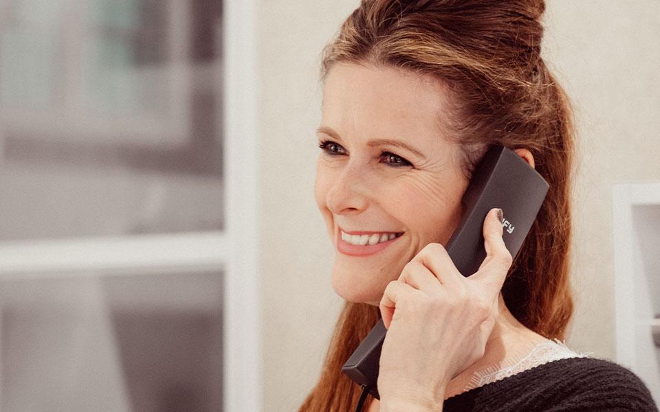Mitarbeiterin von Modehaus Keller-Warth am Telefon