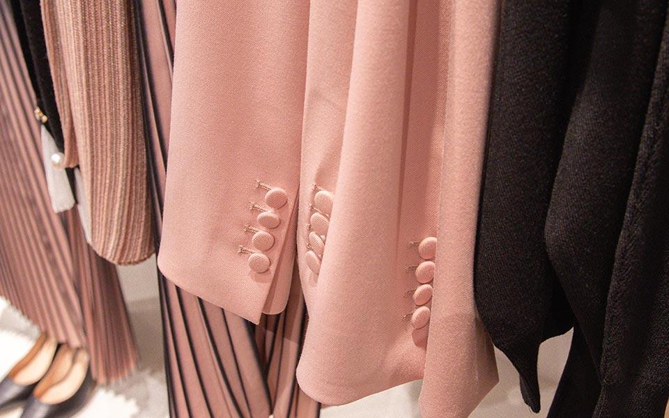 Ärmel von Blazern auf einer Kleiderstange