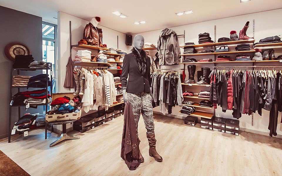 Stylische Kleiderpuppe om Keller-Warth Trendstore in Biberach