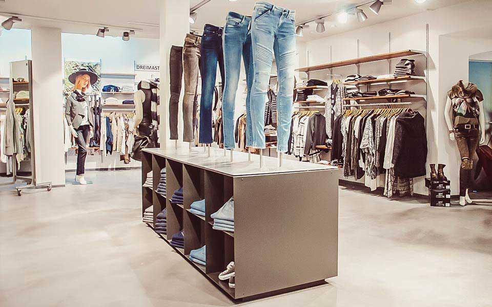 Jeans für Damen auf Podest im Warth blu Store