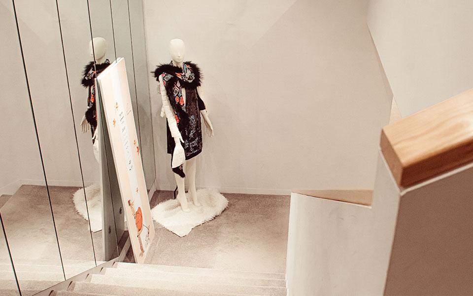 Treppe und Kleiderpuppe im Modehaus Keller-Warth in Biberach