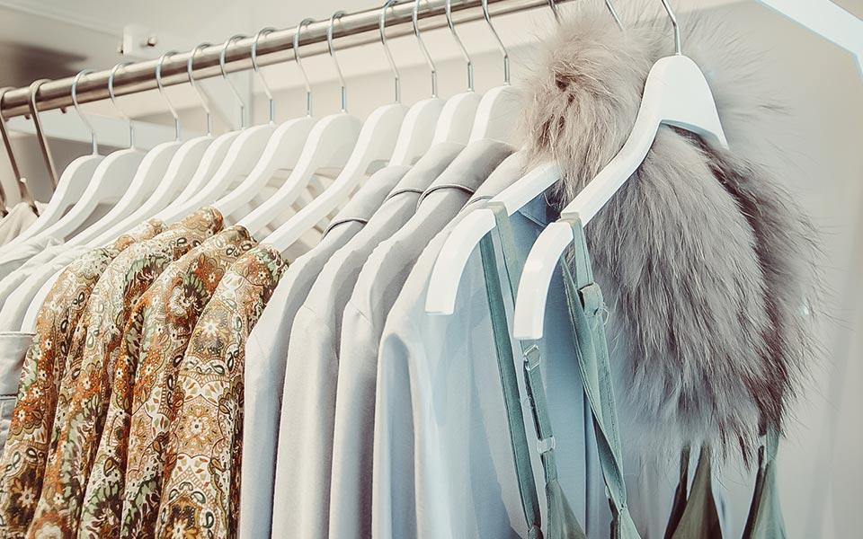 Damenkleidung auf Kleiderbügel an einer Kleiderstange