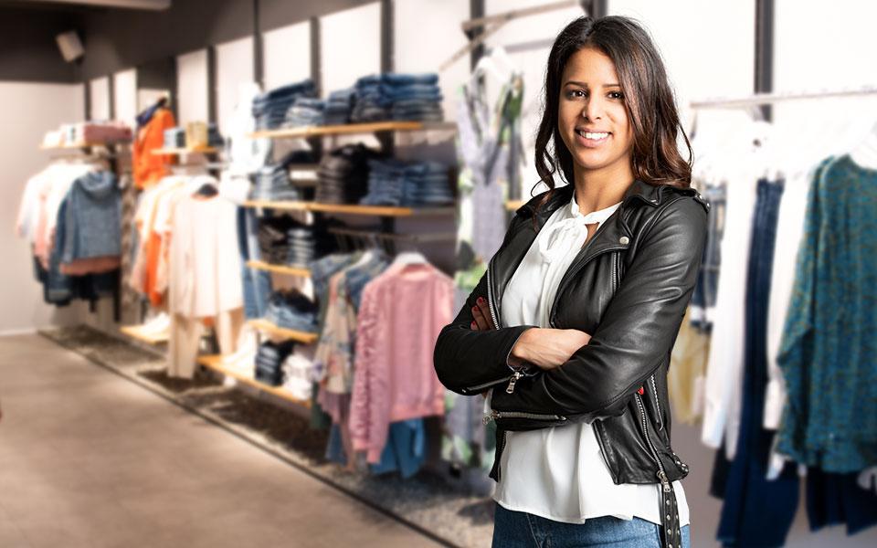 Verkäuferin im Warth Store am Kesselplatz im Biberach