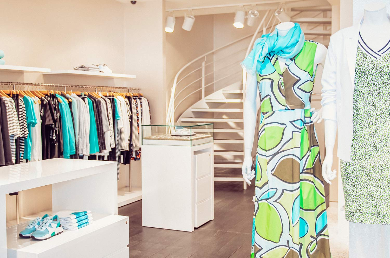 Kleiderpuppen mit bunten Klamotten im Marccain Store in Ulm