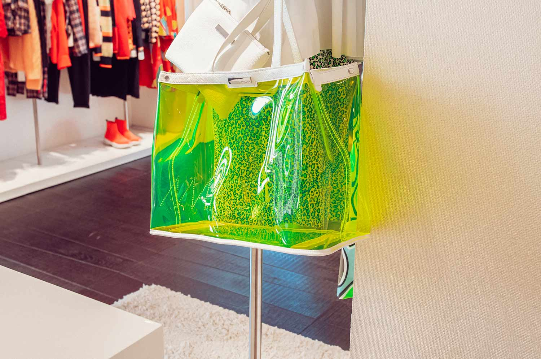 Hellgrüne, durchsichtige Tasche im Marccain Store in Ulm